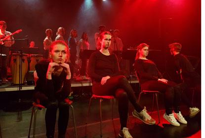 Sang og skuepil: scenekunst på Ry Højskole